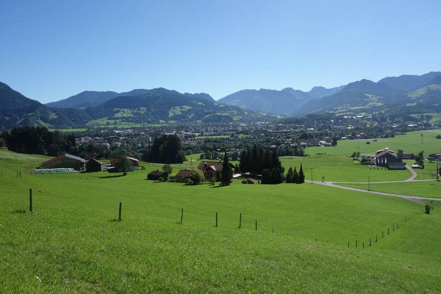 Im Vordergrund Hüttenberg, im Tal Sonthofen. Blick nach Osten.