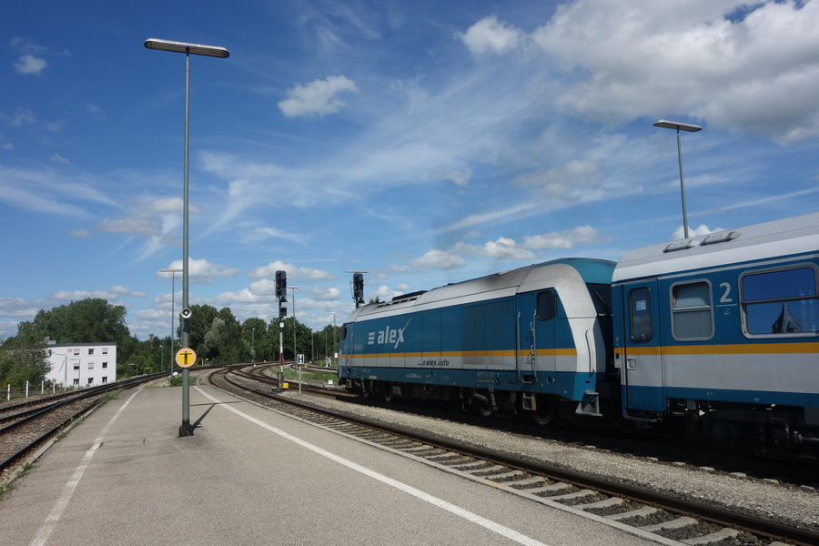 223 065 in ALEX-Farbgebung bei Ausfahrt aus Kempten Hbf