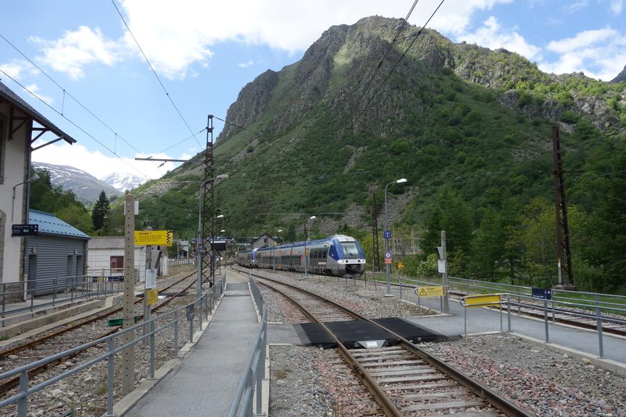 Näher als hier kommt man mit der Bahn nicht an Andorra heran: Zugkreuzung in L'Hospitalet-près-l'Andorre