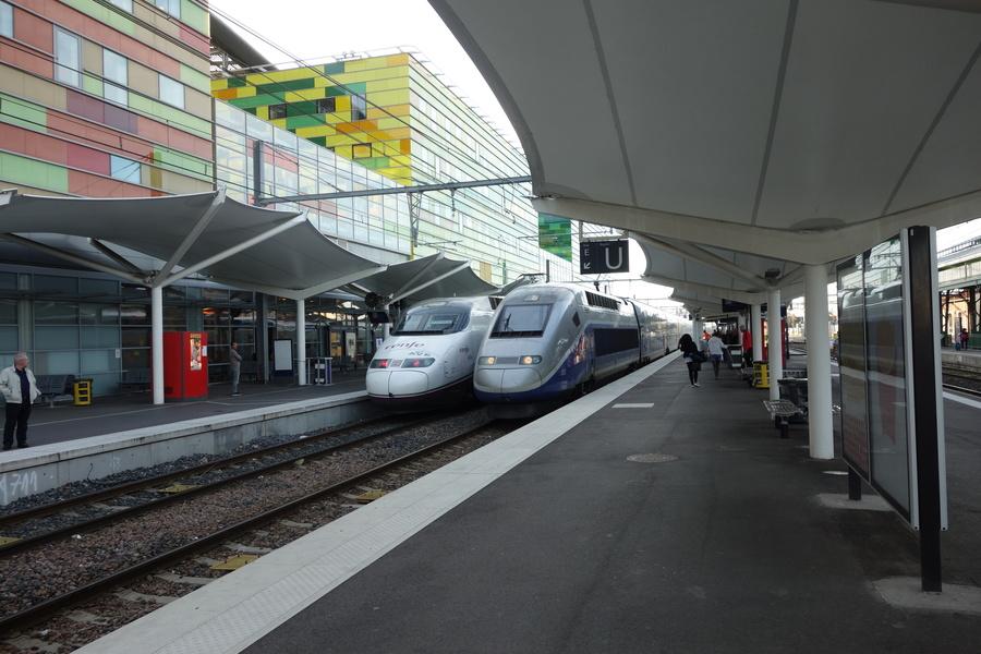 An einer der Schnittstellen zwischen französischem und spanischem Hochgeschwindigkeitsnetz treffen sich zwei TGV der jeweiligen Staatsbahnen.