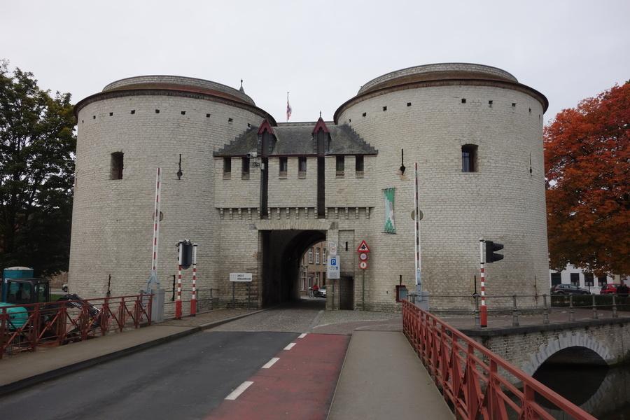 Die Klappbrücke vorne und das Tor von der anderen Seite dahinter.