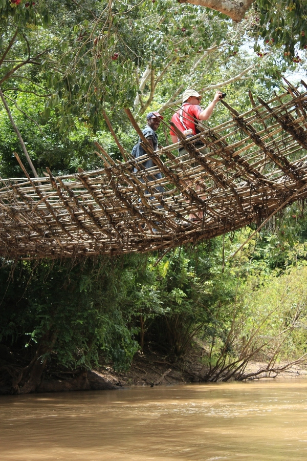 Eine Holzbrücke, die noch einen Schulweg über den Fluss führt. Touristen wie ich dürfen nur mit Guide drüber.