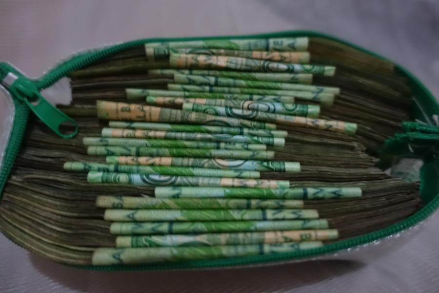 Typische Geldmenge in Malaŵi. Da jeder Schein nur etwa 2 € wert ist, reicht das gar nicht lange.