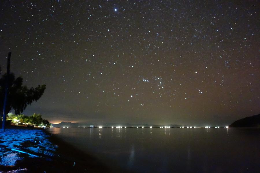 Der Orion über dem See der tausend Lichter, während im Westen über Zambia ein Gewitter tobt.