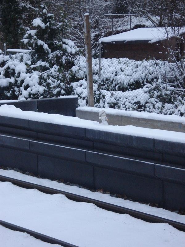 Schneemann auf Bahnsteigskante