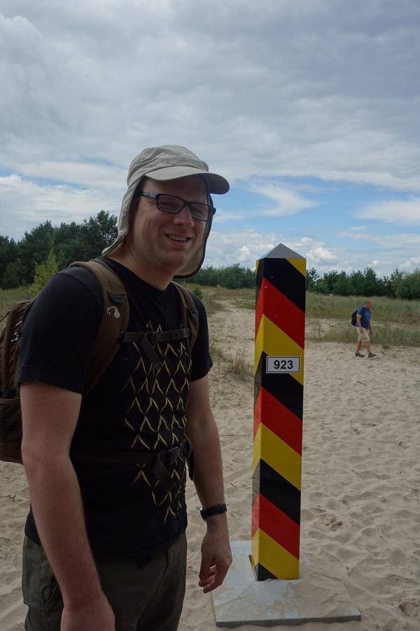 Ich stehe mit Apfelweinhemd an der Deutsch-Polnischen Grenze an der Ostsee.